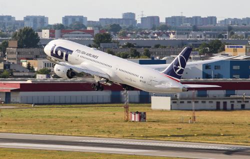 Wracając myślami do lotniskowego, letniego klimatu :) Dreamliner startujący do USA z zachodnimi dzielnicami Warszawy w tle :)