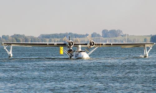 Catalina zaprezentowana na jeziorze Niegocin - latająca łódź do zadań specjalnych