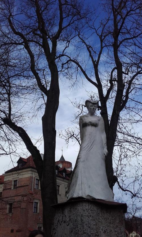 Biała Dama przy zamku w Uniejowie