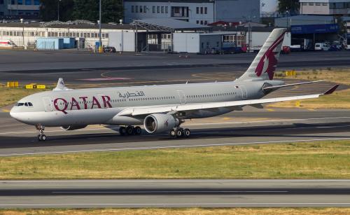 Qatar Airways odlatujący w letni wieczór do stolicy Kataru - Doha.