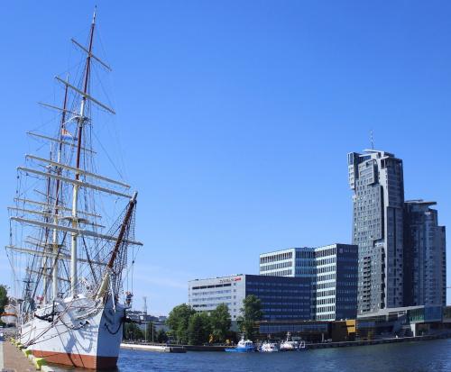 Dar Pomorza i Sea Towers