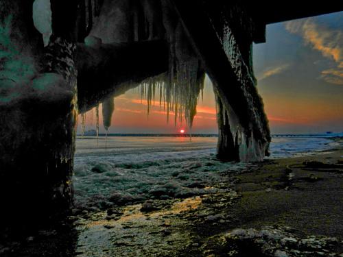 zimą na sopockiej plaży: wschód słońca spod Pomostu Zakochanych oglądany