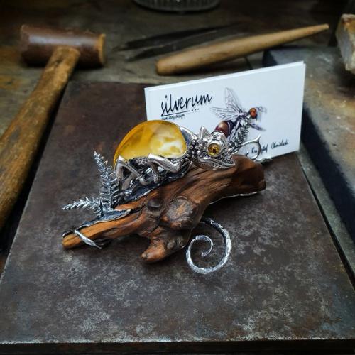 Kameleon Wizytownik srebro z drewnem i bursztynem - silverum.com.pl - #sklep, #internetowy, #biżuteria, #unikatowa, #naturalny #bałtycki # #biżuteria #artystyczna #prezent #srebro #bursztyn #biżuteria #wizytownik #bursztyn #kameleon
