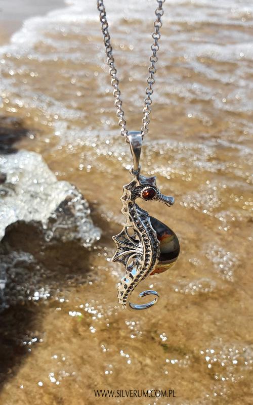 Bursztynowy Konik Morski - pamiątka z wakacji #biżuteria #bursztyn #konik #morski #wisiorek #srebro