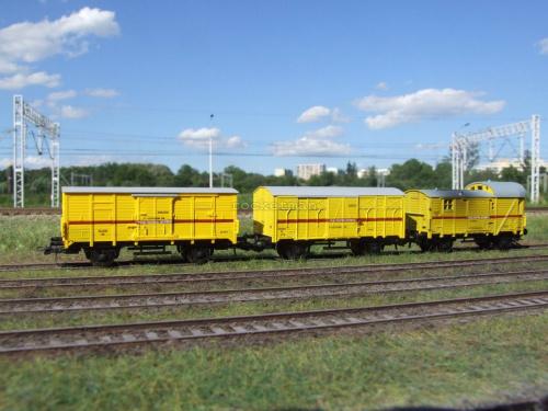 Wagony pociągu sieciowego w skali 1:87. Oryginalny Pociąg Pogotowia Sieciowego, z którego posiadają oznakowanie, stacjonował w Tarnowskich Górach na przełomie XX i XXI. H0 #Energetyka #PKP