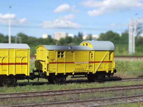 Wagon DYŻURKA załogi pociągu sieciowego w skali 1:87 z kinematyką sprzęgu. Widoczna jest sadza z komina ogrzewania piecowego. Oryginalny Pociąg Pogotowia Sieciowego stacjonował w Tarnowskich Górach na przełomie XX i XXI. H0 #Energetyka #PKP