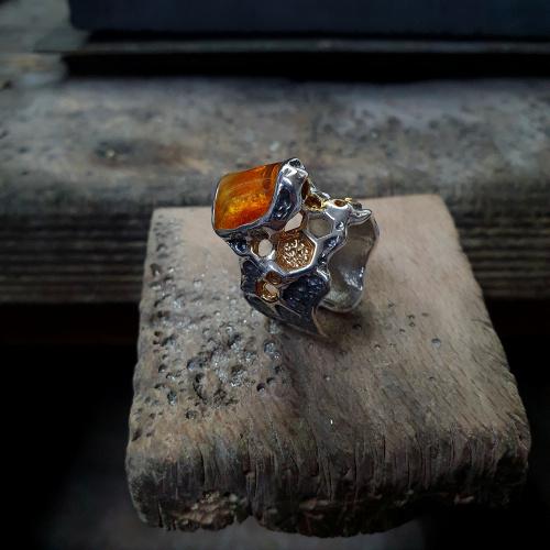 PIERŚCIONEK ARTYSTYCZNY - SILVERUM DESIGN - www.silverum.com.pl #pierścioneksrebrny #bałtycki # #biżuteria #artystyczna #biżuteriazbursztynem #biżuteriaartystyczna #prezent #silverum #recznie zrobione #srebro #bursztyn #upominek #biżuteriasrebrna