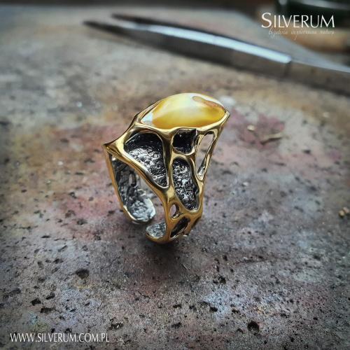 Polska biżuteria autorska ze srebra i bursztynu - www.silverum.com.pl - #pierścionek #artystyczny #nowoczesny #ciekawy #bursztyn #unikaty